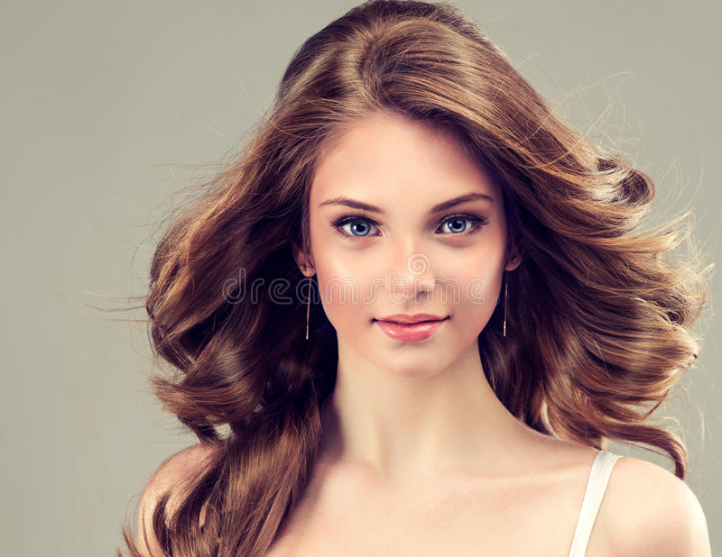 Glimlachend Mooi meisje, bruin haar met een elegant kapsel, krullende haargolven, royalty-vrije stock afbeelding