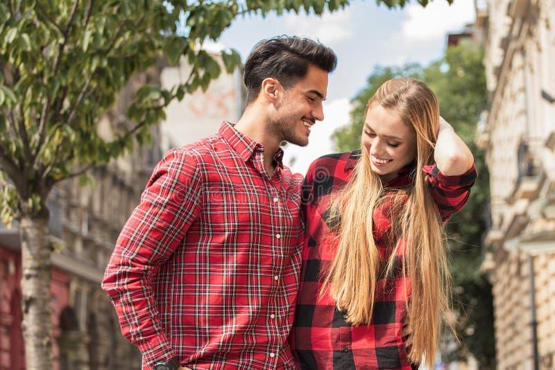 Glimlachend mooi paar die in openlucht dateren royalty-vrije stock fotografie