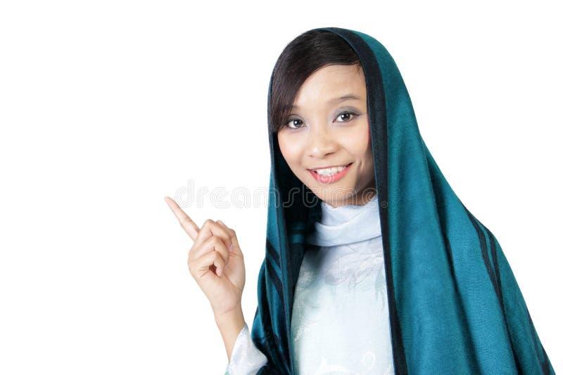 Glimlachend moslimmeisje die vinger benadrukken stock fotografie