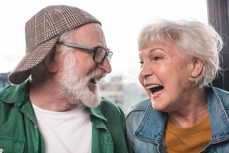 Glimlachend oud paar die opwinding en geluk uitdrukken royalty-vrije stock foto