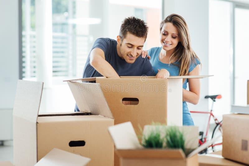 Glimlachend paar dat zich in een nieuw huis beweegt royalty-vrije stock foto's