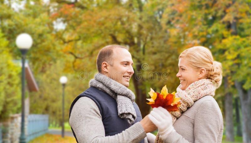 Glimlachend paar in de herfstpark royalty-vrije stock afbeeldingen