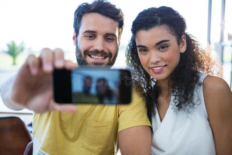 Glimlachend paar die een selfie nemen stock fotografie