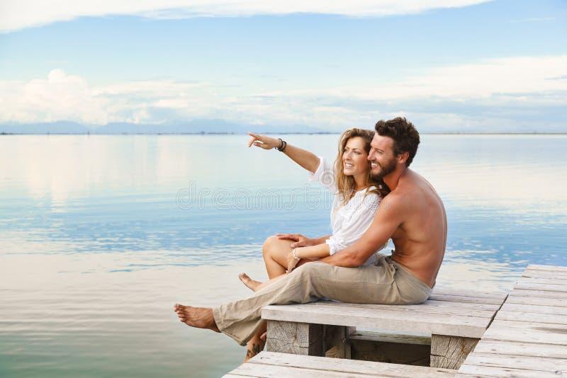 Glimlachend Paar die en aan de horizon lopen richten royalty-vrije stock foto