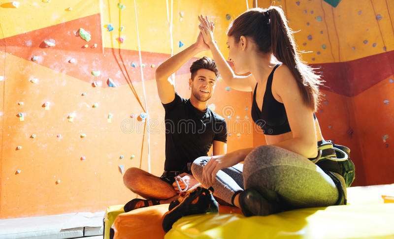 Glimlachend paar die hoogte vijf in een het beklimmen gymnastiek geven stock fotografie