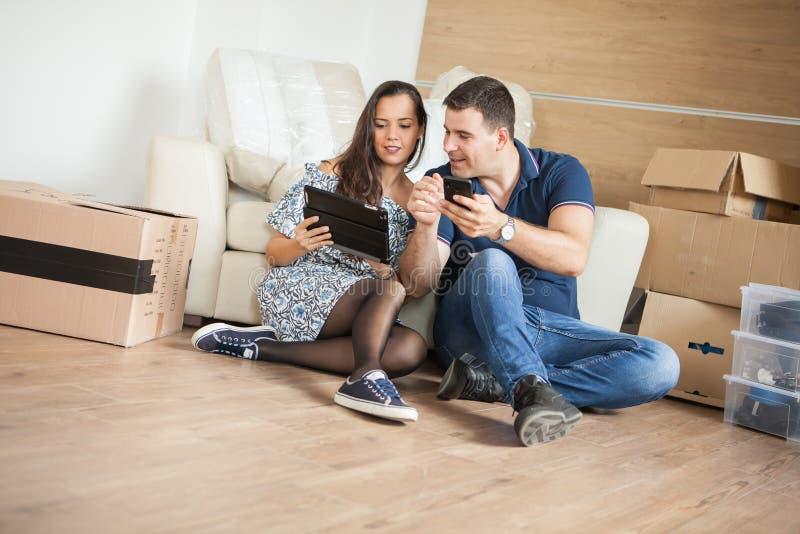 Glimlachend paar die nieuw meubilair kopen voor hun huis stock foto
