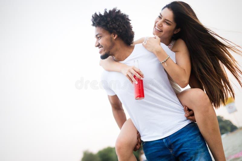 Glimlachend paar die pret over hemelachtergrond hebben Vakantie, vakantie, liefde en vriendschapsconcept stock afbeelding