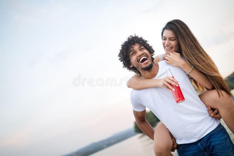 Glimlachend paar die pret over hemelachtergrond hebben Vakantie, vakantie, liefde en vriendschapsconcept stock foto's