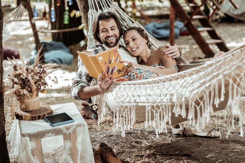 Glimlachend paar die van hippies in park ontspannen stock afbeeldingen