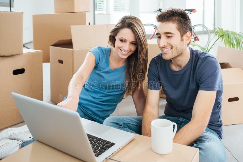 Glimlachend paar in hun nieuw huis stock afbeelding