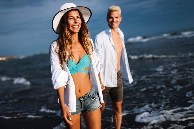 Glimlachend paar in liefde in openlucht bij de zomer stock fotografie