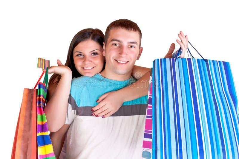 Glimlachend paar met het winkelen zakken stock fotografie