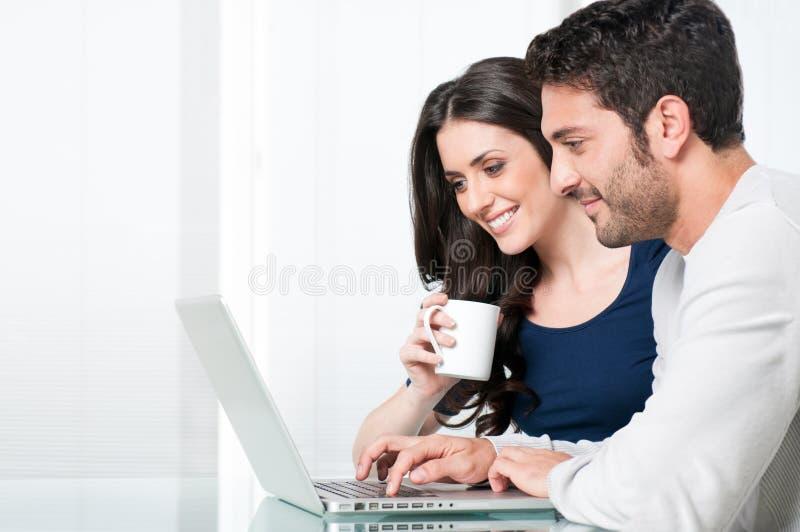 Glimlachend paar met laptop royalty-vrije stock afbeelding