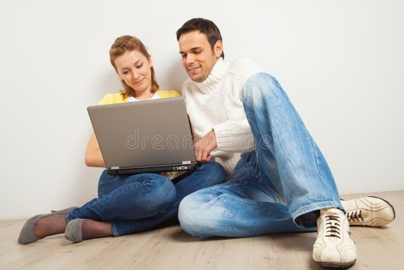 Glimlachend paar met laptop computer stock foto