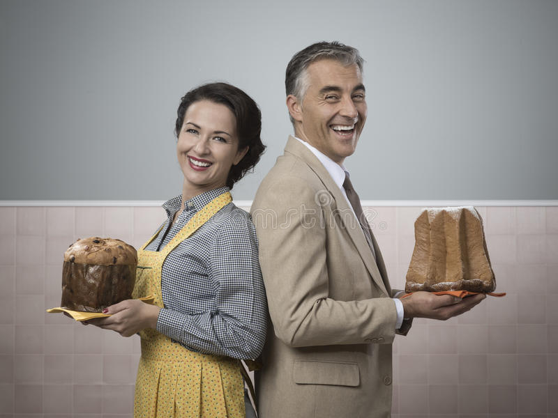Glimlachend paar thuis met Kerstmiscakes royalty-vrije stock foto