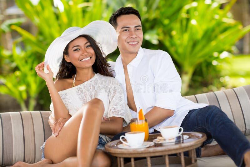 Glimlachend paar in tropische toevlucht stock fotografie
