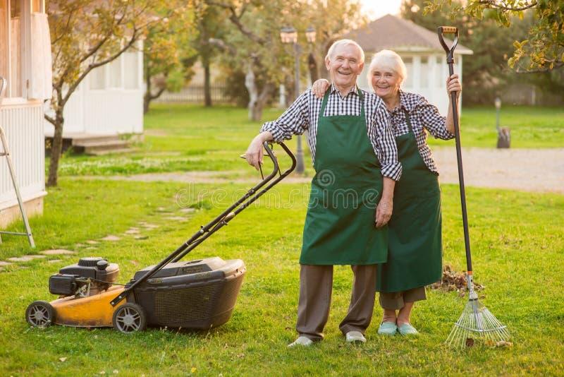 Glimlachend paar van hogere tuinlieden stock fotografie