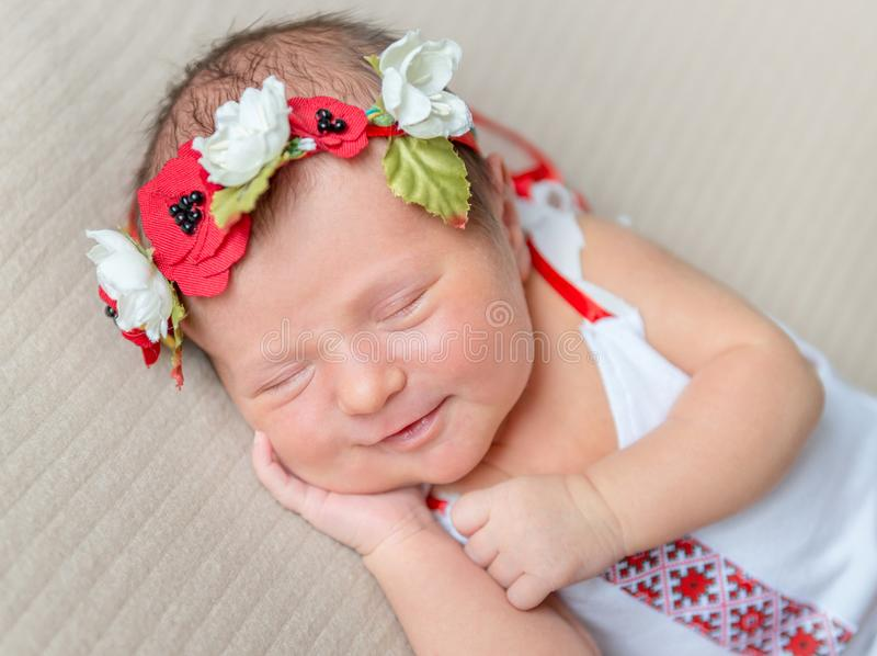 Glimlachend pasgeboren meisje in het nationale kostuum van Ukrainain stock foto