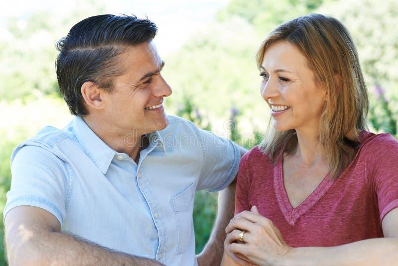 Glimlachend Rijp Paar die spreken aan elkaar in openlucht royalty-vrije stock afbeelding