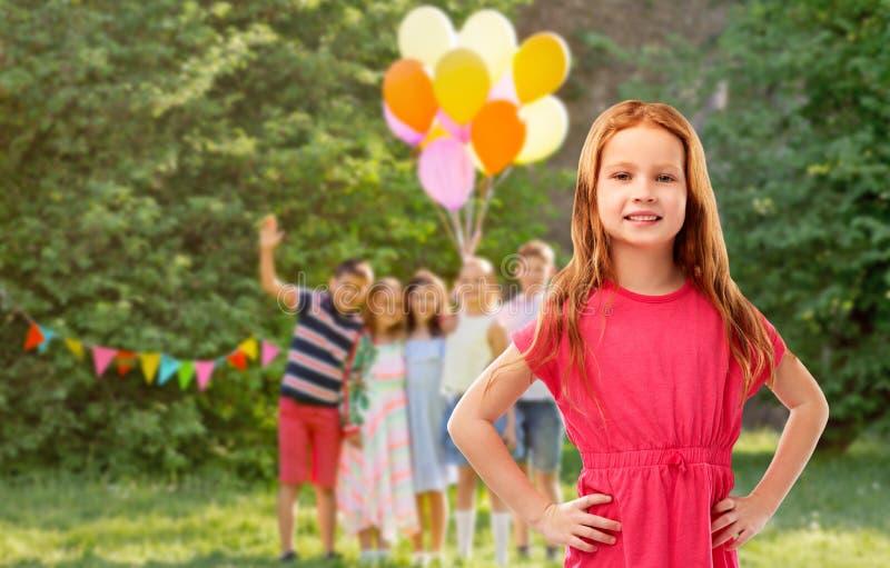 Glimlachend rood haired meisje bij verjaardagspartij royalty-vrije stock afbeelding