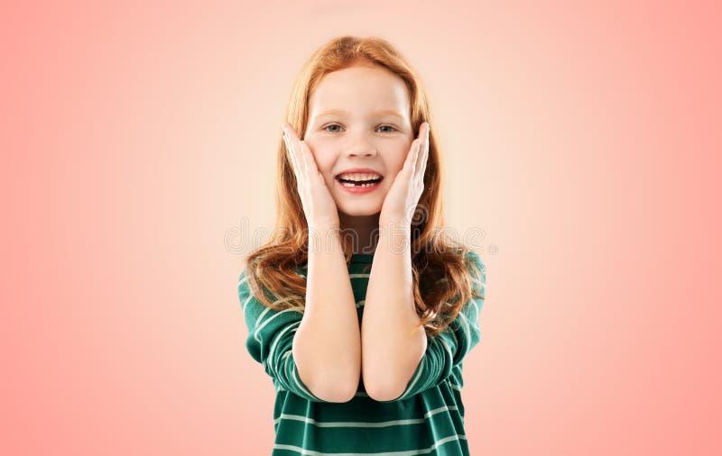 Glimlachend rood haired meisje in gestreept overhemd royalty-vrije stock fotografie