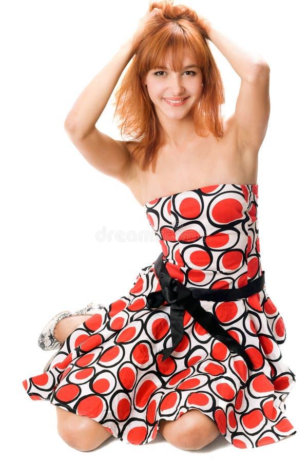 Glimlachend roodharig meisje in een kleding royalty-vrije stock afbeeldingen