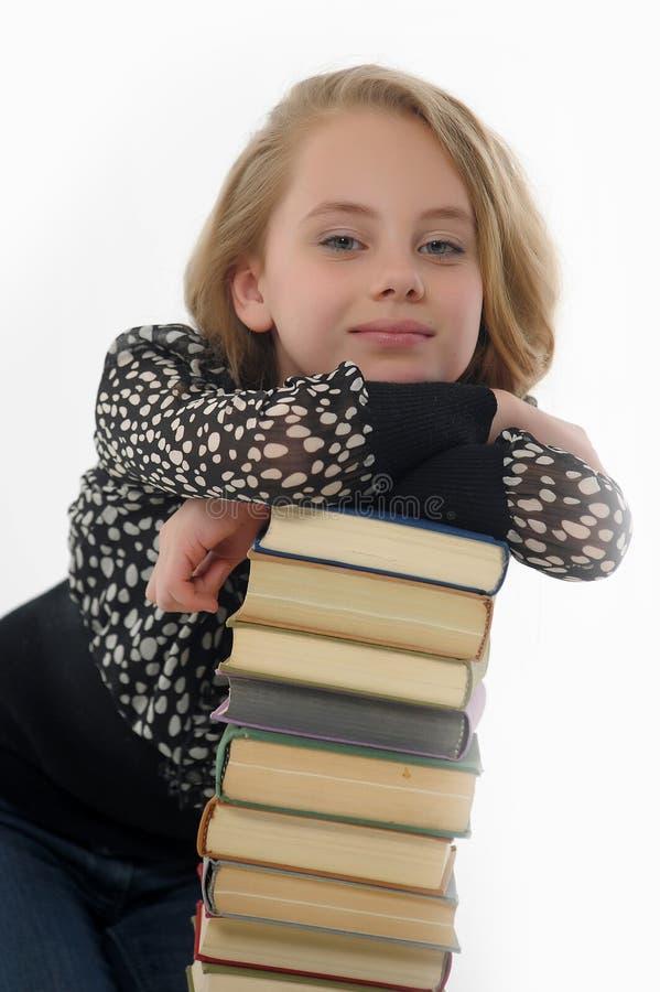 Glimlachend schoolmeisje met boeken stock afbeeldingen