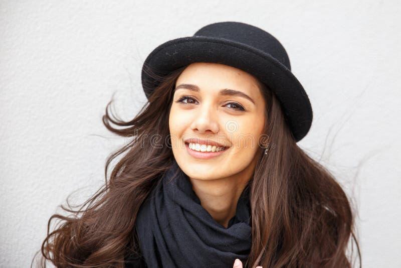Glimlachend stedelijk meisje met glimlach op haar gezicht Portret van modieuze gir die een rots zwarte stijl dragen die pret in o stock afbeeldingen