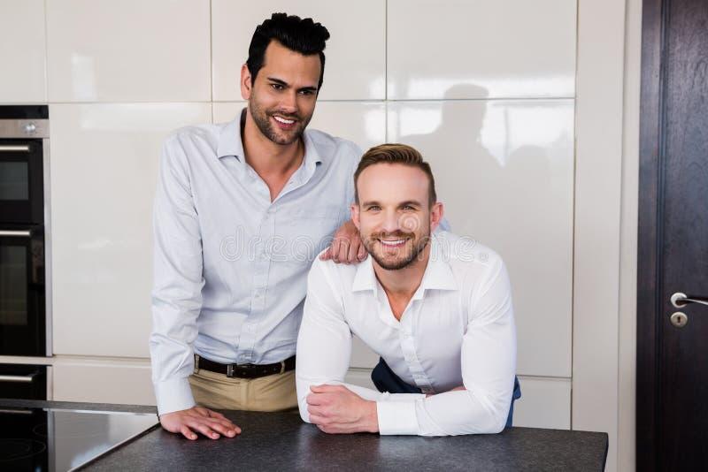 Glimlachend vrolijk paar in de keuken stock afbeeldingen