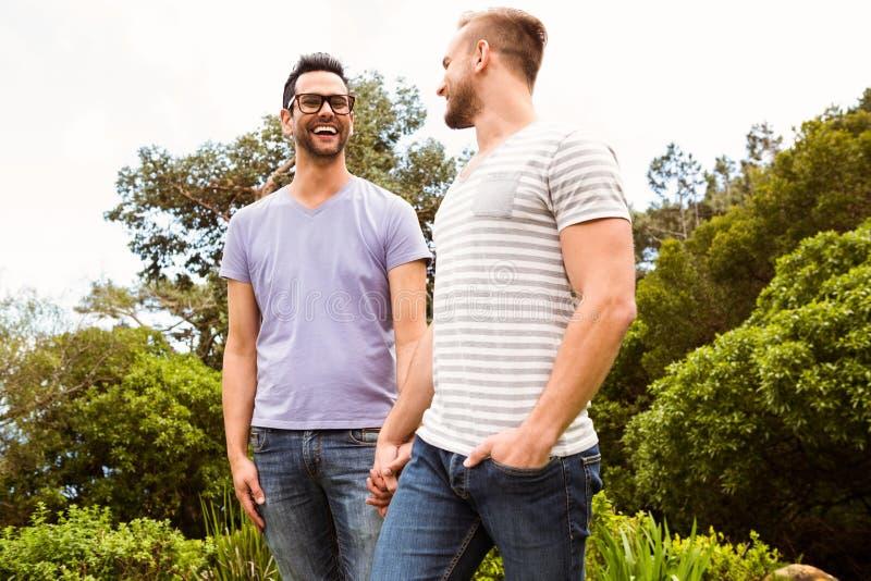 Glimlachend vrolijk paar die elkaar bekijken stock afbeelding
