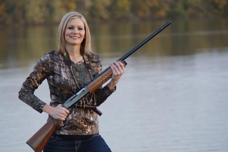 Glimlachend Vrouwelijk Duck Hunter met jachtgeweer stock fotografie