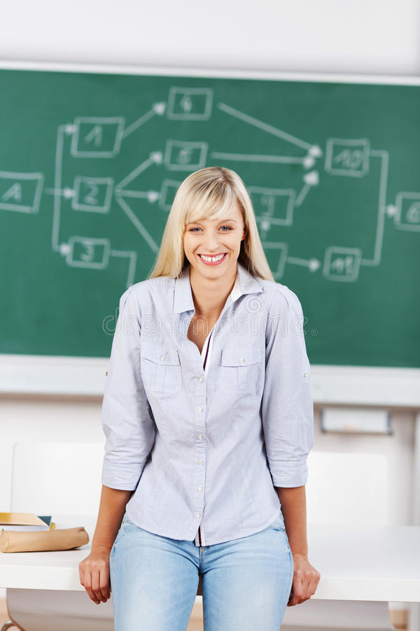 Glimlachend wijfje in klaslokaal royalty-vrije stock foto