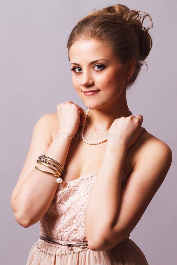 Glimlachend zoet meisje met armbanden royalty-vrije stock afbeeldingen