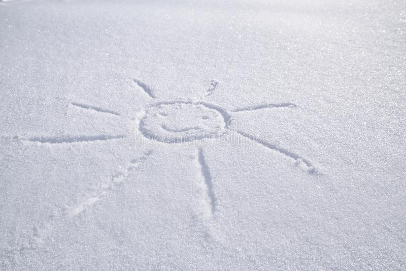 Glimlachend zon op witte sneeuw op een ijzige de winterdag die wordt getrokken royalty-vrije stock afbeelding