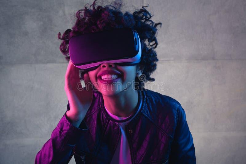 Glimlachend zwarte die virtuele werkelijkheidservaring hebben royalty-vrije stock afbeelding