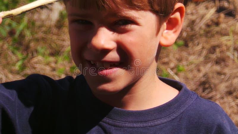 Glimlachende 7 éénjarigenjongen stock afbeelding