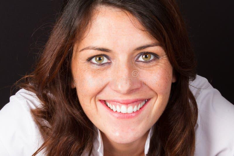 glimlachende 30 éénjarigenvrouw op middelbare leeftijd royalty-vrije stock afbeeldingen