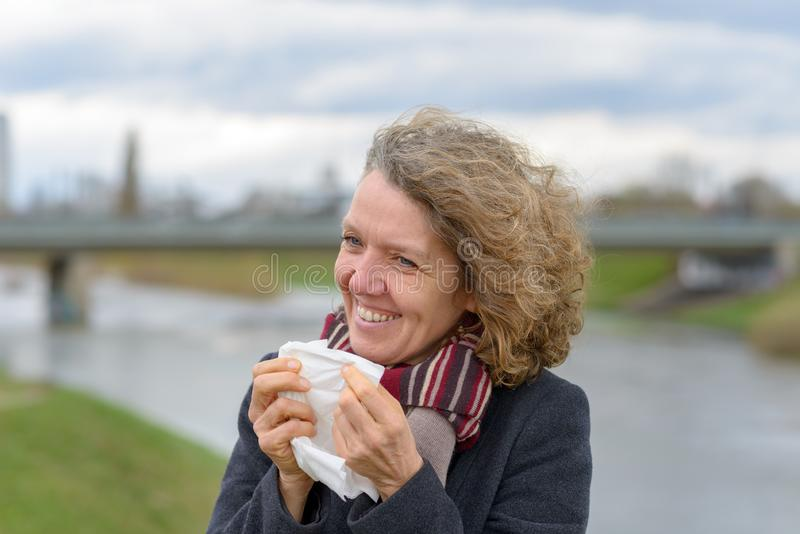 Glimlachende aantrekkelijke vrouw die een wit weefsel houden stock foto's
