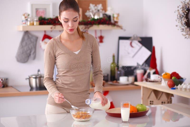 Download Glimlachende Aantrekkelijke Vrouw Die Ontbijt In Keukenbinnenland Hebben Glimlachende Aantrekkelijke Vrouw Stock Afbeelding - Afbeelding bestaande uit mooi, meisje: 107702919