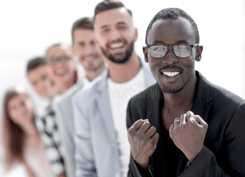 Glimlachende Afrikaanse Amerikaanse bureauwerknemer of leider royalty-vrije stock foto