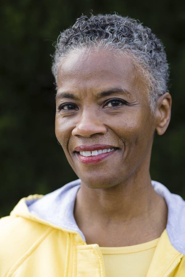 Glimlachende Afrikaanse Amerikaanse Vrouw royalty-vrije stock afbeelding