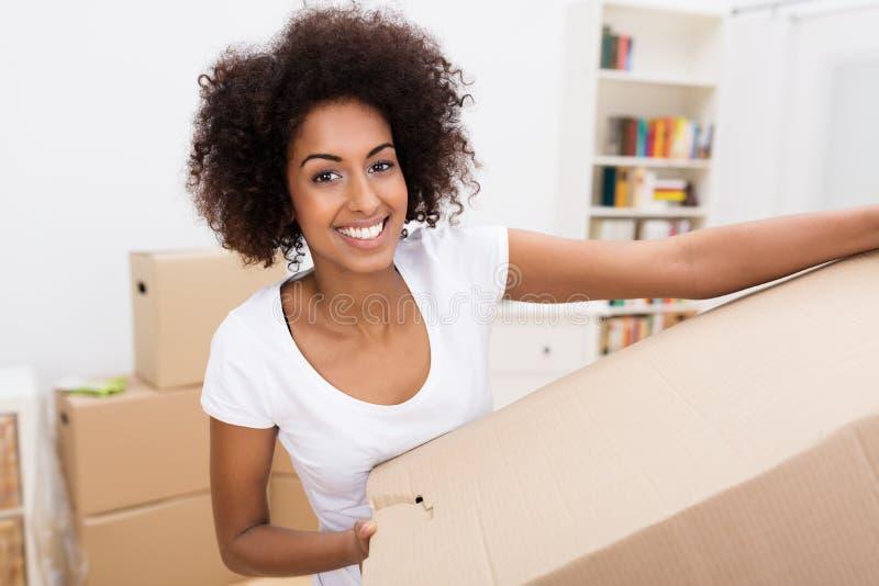 Glimlachende Afrikaanse Amerikaanse vrouw in een nieuw huis royalty-vrije stock foto
