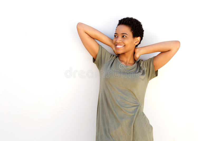 Glimlachende Afrikaanse Amerikaanse vrouw met handen achter hoofd stock foto's