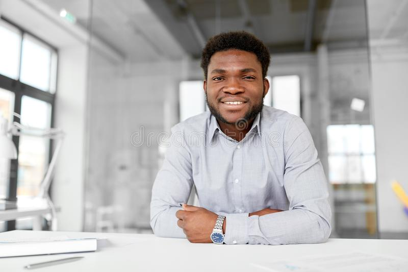 Glimlachende Afrikaanse Amerikaanse zakenman op kantoor royalty-vrije stock foto's