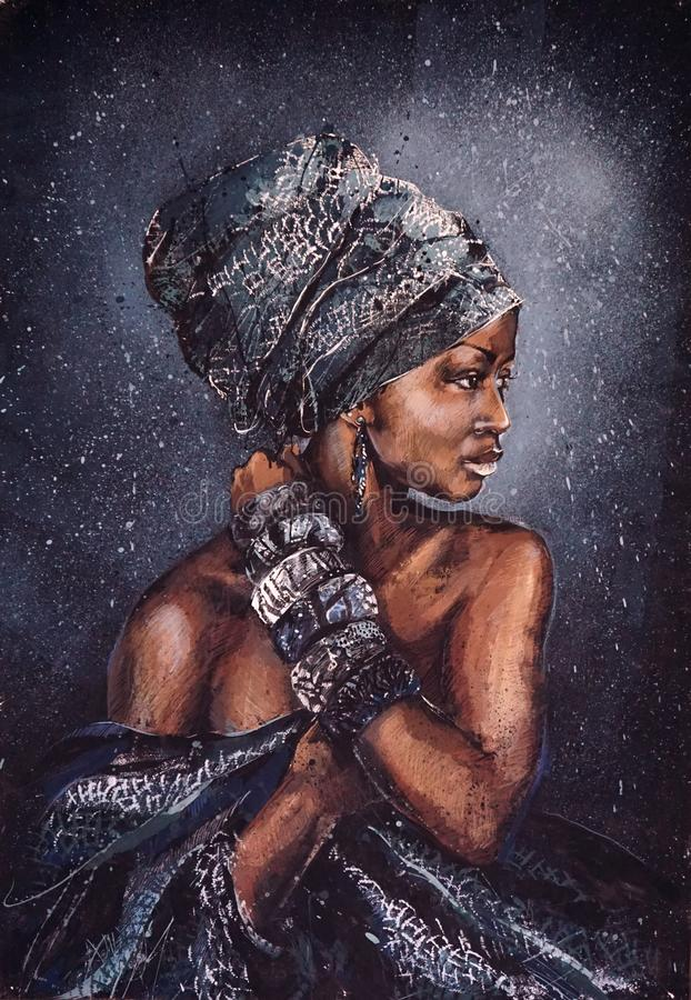 Glimlachende Afrikaanse vrouw met heldere blik in nationale kleren tegen de achtergrond van de sterrige hemel, het originele schi stock fotografie