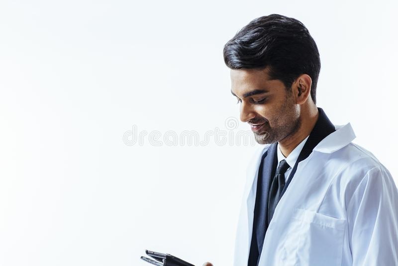 Glimlachende arts die neer kijken royalty-vrije stock foto's