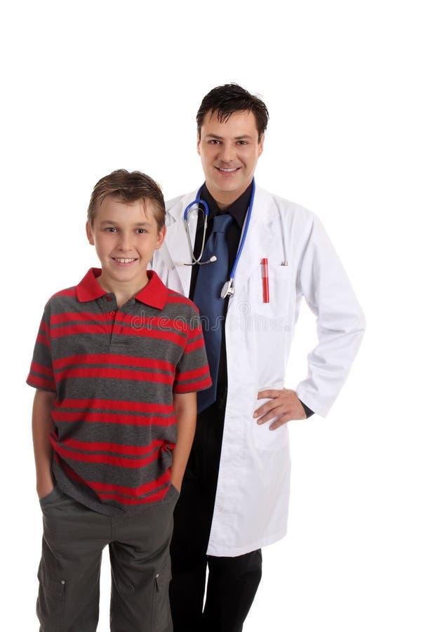 Glimlachende arts en gelukkige patiënt stock foto's