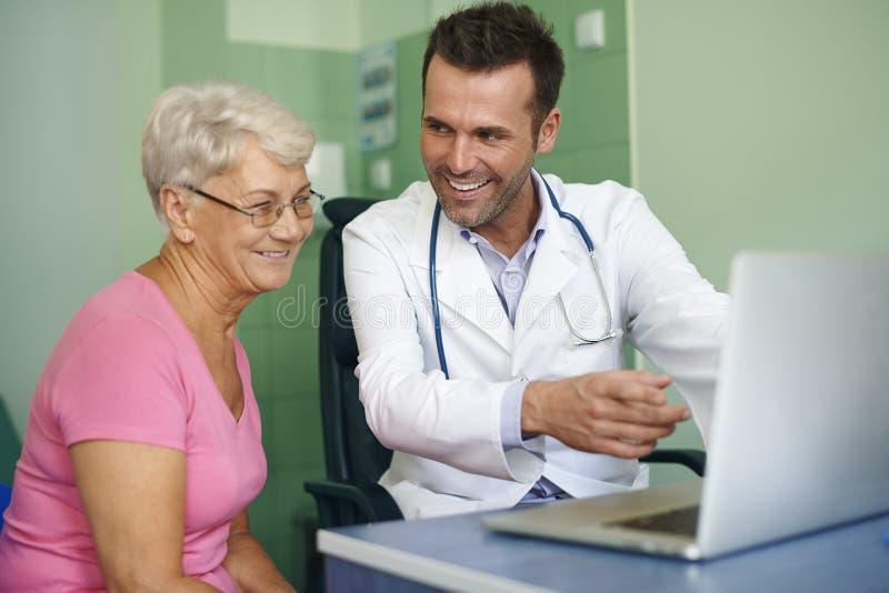 Glimlachende arts met patiënt royalty-vrije stock foto
