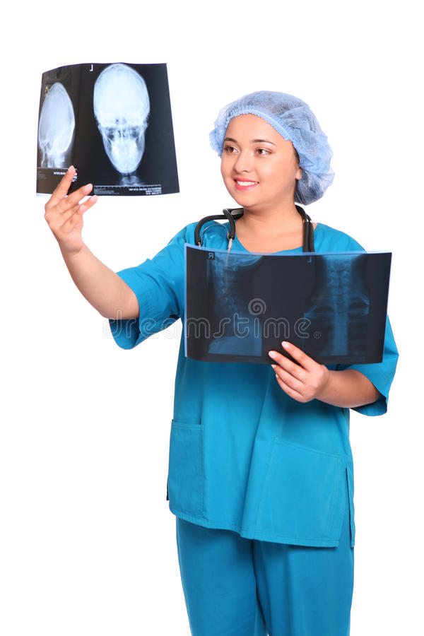 Glimlachende Aziatische arts die een röntgenstraal bekijkt stock foto's