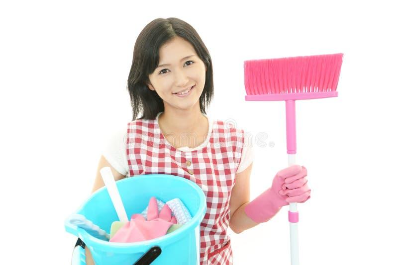 Glimlachende Aziatische huisvrouw royalty-vrije stock afbeelding